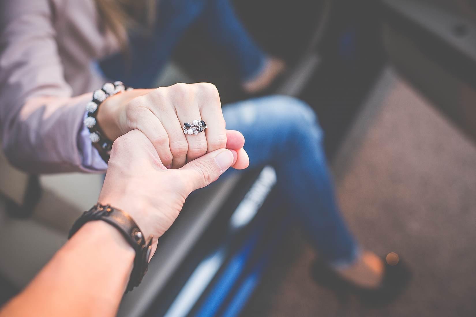 Картинка девушки с парнем за руку, дугу