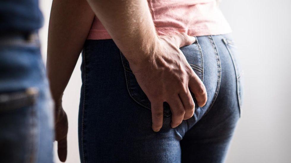 Трогает подругу за задницу, реальные пацаны порно вк