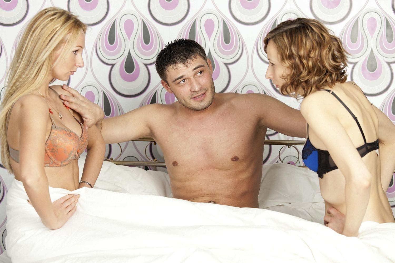 Дрочит снимает русский секс жены с двумя друзьями мужа ххх лучи секс
