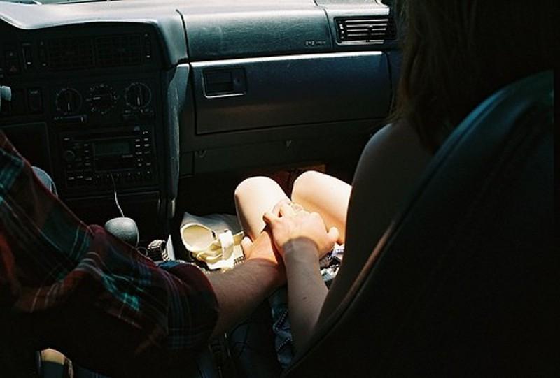 А вы когда нибудь дрочили своему парню в машине